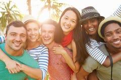 Groupe d'amis ayant l'amusement dans le parc ensemble Photo libre de droits