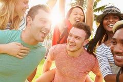 Groupe d'amis ayant l'amusement dans le parc ensemble Photographie stock libre de droits