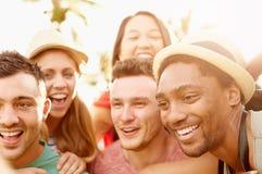 Groupe d'amis ayant l'amusement dans le parc ensemble Image libre de droits