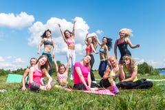 Groupe d'amis ayant l'amusement dans un parc le jour ensoleillé Photo stock