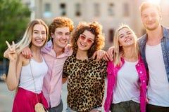 Groupe d'amis ayant l'amusement dehors Photos libres de droits