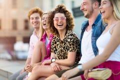 Groupe d'amis ayant l'amusement dehors Photographie stock libre de droits