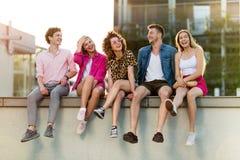Groupe d'amis ayant l'amusement dehors Image libre de droits