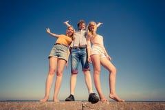 Groupe d'amis ayant l'amusement dehors Photo libre de droits