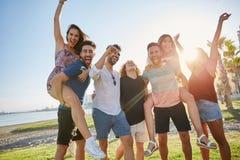 Groupe d'amis ayant l'amusement dehors au soleil Images stock