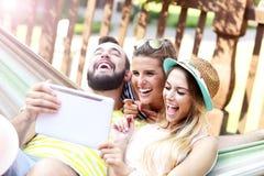 Groupe d'amis ayant l'amusement dehors en été Images libres de droits