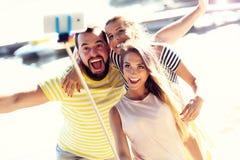 Groupe d'amis ayant l'amusement dehors en été Image libre de droits