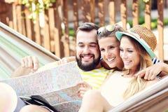 Groupe d'amis ayant l'amusement dehors en été Photographie stock