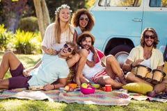 Groupe d'amis ayant l'amusement ensemble dans le parc Images libres de droits