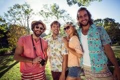 Groupe d'amis ayant l'amusement ensemble dans le parc Photos libres de droits