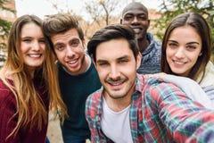 Groupe d'amis ayant l'amusement ensemble dehors Photo stock
