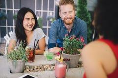 Groupe d'amis ayant l'amusement ensemble Rire parlant de personnes et appr?cier leur temps image libre de droits