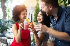 Groupe d'amis ayant l'amusement ensemble Rire parlant de personnes et appr?cier leur temps photo libre de droits