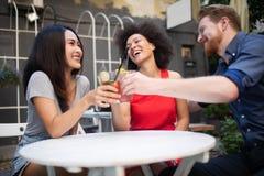 Groupe d'amis ayant l'amusement ensemble Rire parlant de personnes et appr?cier leur temps photo stock