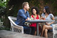 Groupe d'amis ayant l'amusement ensemble Rire parlant de personnes et appr?cier leur temps photos stock