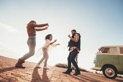 Groupe d'amis ayant l'amusement ensemble sur la promenade en voiture Photographie stock libre de droits