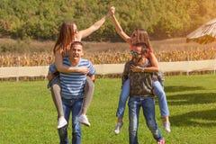 Groupe d'amis ayant l'amusement extérieur au jour ensoleillé idyllique photos libres de droits