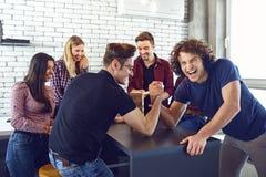 Groupe d'amis ayant l'amusement parlant ensemble dans leur temps disponible Photo stock