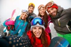 Groupe d'amis ayant l'amusement sur des hodays d'hiver et faisant le selfie Photo libre de droits