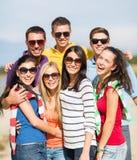 Groupe d'amis ayant l'amusement sur la plage Image libre de droits