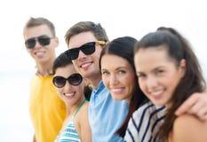 Groupe d'amis ayant l'amusement sur la plage Photo stock