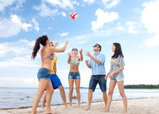 Groupe d'amis ayant l'amusement sur la plage Photographie stock libre de droits
