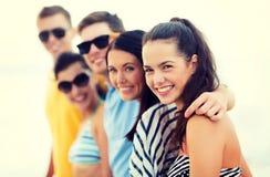 Groupe d'amis ayant l'amusement sur la plage Photos libres de droits