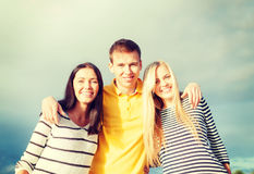 Groupe d'amis ayant l'amusement sur la plage Photo libre de droits