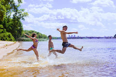 Groupe d'amis ayant l'amusement sur la plage Image stock