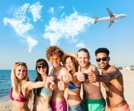 Groupe d'amis ayant l'amusement sur la plage Concept d'été Photographie stock libre de droits