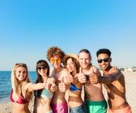 Groupe d'amis ayant l'amusement sur la plage Concept d'été Photo libre de droits