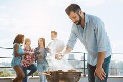 Groupe d'amis ayant la partie de barbecue sur le toit Photos stock