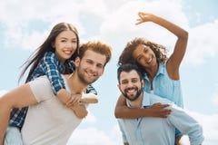 Groupe d'amis ayant la partie de barbecue sur le toit Images libres de droits