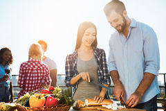 Groupe d'amis ayant la partie de barbecue sur le toit Photo stock