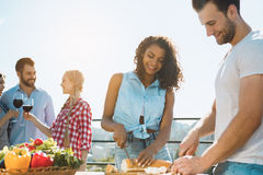 Groupe d'amis ayant la partie de barbecue sur le toit Images stock
