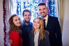 Groupe d'amis ayant la partie de nouvelles années Ève Photographie stock libre de droits