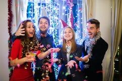 Groupe d'amis ayant la partie de nouvelles années Ève Photo stock
