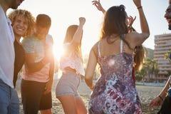Groupe d'amis ayant la partie sur la plage Photo libre de droits