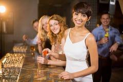 Groupe d'amis ayant la tequila dans la barre Photographie stock