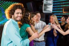 Groupe d'amis ayant la tequila dans la barre Images libres de droits
