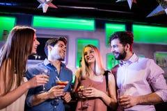 Groupe d'amis ayant le cocktail et le vin Photos libres de droits