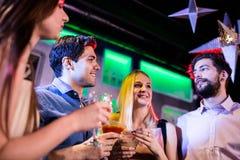 Groupe d'amis ayant le cocktail et le vin Photo stock