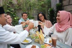 Groupe d'amis ayant le pain grillé de thé pendant la célébration de Ramadan Image libre de droits
