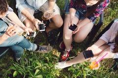 Groupe d'amis ayant le pique-nique dans le parc Photo libre de droits