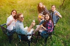 Groupe d'amis ayant le pique-nique dans le parc Photos libres de droits
