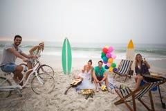 Groupe d'amis ayant le pique-nique sur la plage Images libres de droits