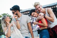 Groupe d'amis ayant le temps d'amusement au festival de musique Photo stock