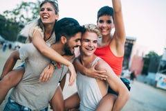 Groupe d'amis ayant le temps d'amusement au festival de musique Photographie stock