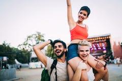 Groupe d'amis ayant le temps d'amusement au festival de musique Images stock