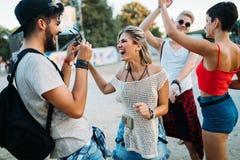 Groupe d'amis ayant le temps d'amusement au festival de musique Photo libre de droits